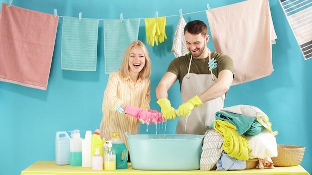 Atrakcyjna para reklamuje proszek do prania.
