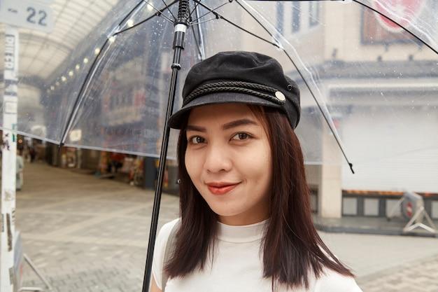 Atrakcyjna piękna dama trzyma parasol.