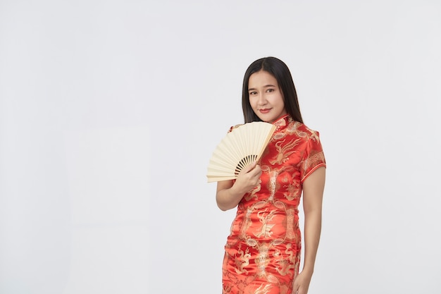 Atrakcyjna piękna młoda kobieta azji w tradycyjnej czerwonej sukni cheongsam
