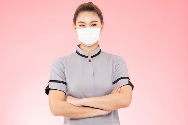 Atrakcyjna pokojówka piękna kobieta nosi maskę