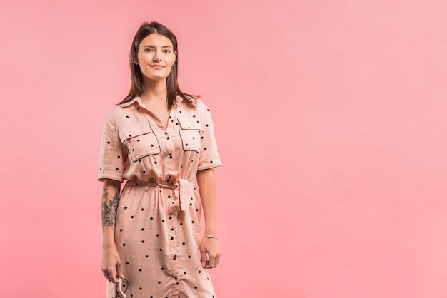 Atrakcyjna pozytywna kobieta w sukni