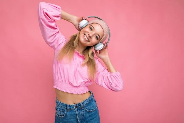Atrakcyjna pozytywna uśmiechnięta młoda blondynki kobieta