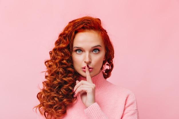 Atrakcyjna ruda dziewczyna prosi o zachowanie tajemnicy