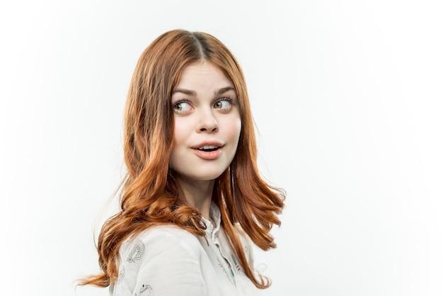 Atrakcyjna rudowłosa kobieta kosmetyki jasnym tle przycięty widok
