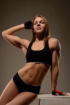 Atrakcyjna sportowa kobieta lekkoatletycznego pozowanie