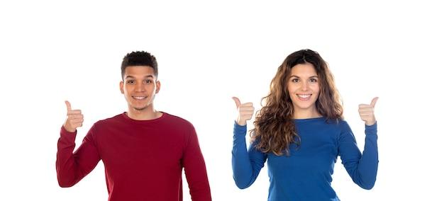 Atrakcyjna szczęśliwa młoda wieloetniczna para mówi ok na białym tle