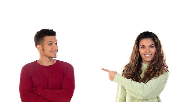 Atrakcyjna szczęśliwa młoda wieloetniczna para odizolowywająca
