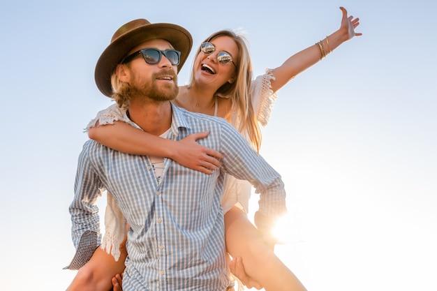 Atrakcyjna szczęśliwa para śmiejąc się podróżując latem drogą morską, mężczyzna i kobieta w okularach przeciwsłonecznych