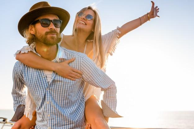 Atrakcyjna szczęśliwa para śmiejąc się, podróżując latem drogą morską
