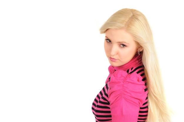 Atrakcyjna tajemnicza blondynka w jasne ubrania pozowanie na białym tle