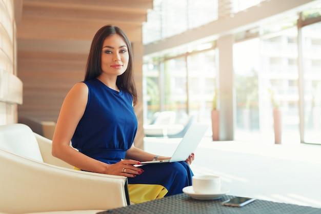 Atrakcyjna ufna młoda biznesowa kobieta