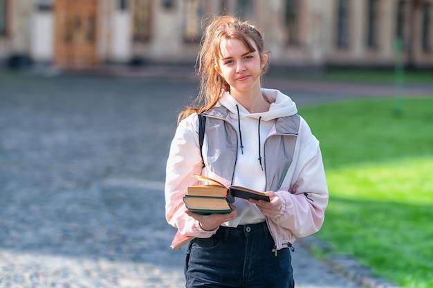 Atrakcyjna ufna młoda kobieta z książkami