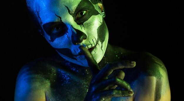 Atrakcyjna upiorna dziewczyna z makijażem szkieletu