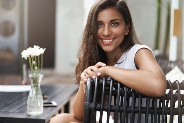 Atrakcyjna urocza kaukaski kobieta uśmiecha się radośnie mówiąc frien