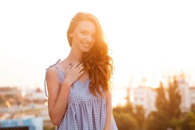 Atrakcyjna uśmiechnięta imbirowa dziewczyna w sukni