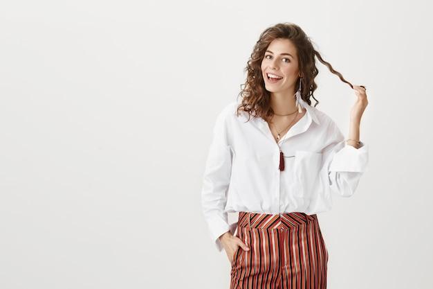 Atrakcyjna uśmiechnięta kobieta zadowolona z nowej fryzury