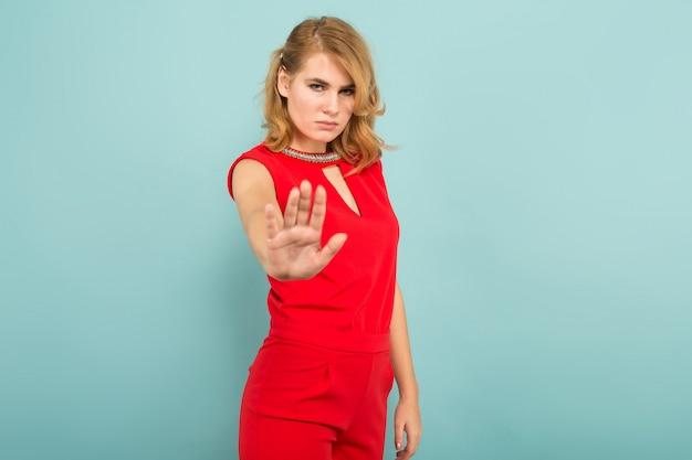 Atrakcyjna wzburzona blondynki kobieta w czerwonych kombinezonach