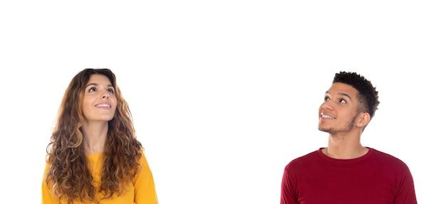 Atrakcyjna zamyślona szczęśliwa młoda wieloetniczna para odizolowywająca