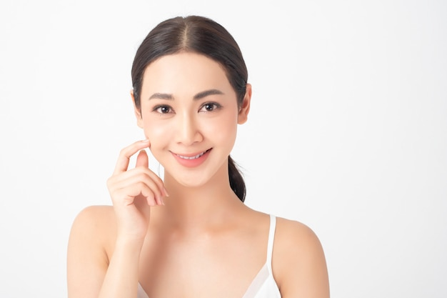 Atrakcyjna zdrowa azjatycka kobieta z piękno skincare