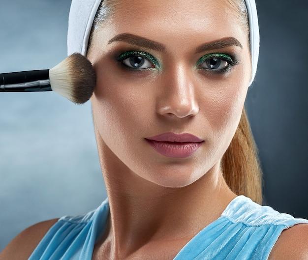 Atrakcyjna, zmysłowa kobieta ma czystą brązową skórę