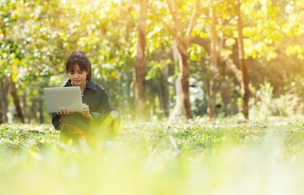 Atrakcyjne happy asian młoda dziewczyna cieszyć się wyszukiwanie, społecznych z laptopem do przygotowania ostatecznego