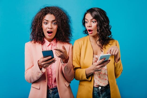 Atrakcyjne kobiety korzystające ze smartfona
