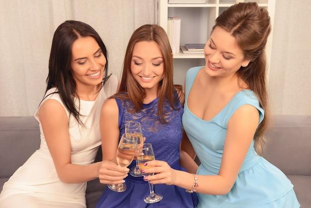 Atrakcyjne młode kobiety brzęk kieliszkami szampana