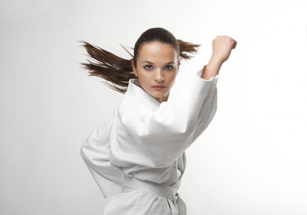 Atrakcyjne młode seksowne kobiety w karate pozie