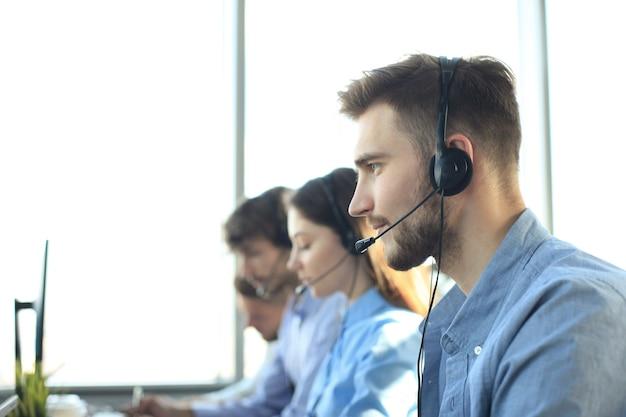 Atrakcyjne pozytywne młodych przedsiębiorców i kolegów w biurze call center.