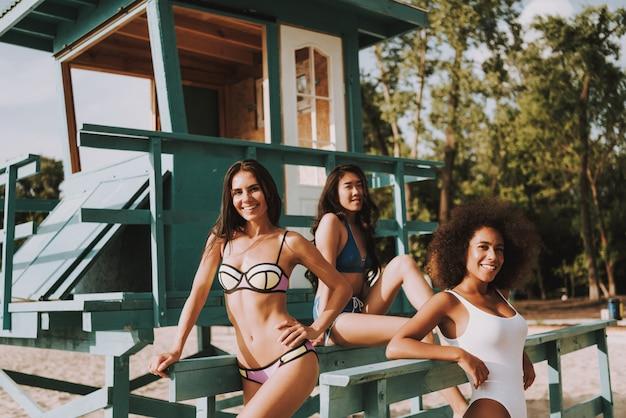Atrakcyjne sportowe kobiety w pobliżu wieży ratunkowej