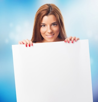Atrakcyjne uśmiechnięta kobieta z białym znakiem