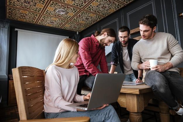Atrakcyjni koledzy stoi w biurze i coworking.