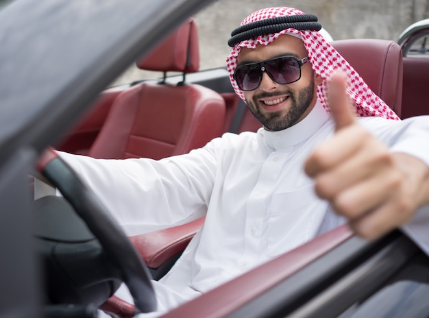 Atrakcyjny arabski mężczyzna w samochodzie na ulicie