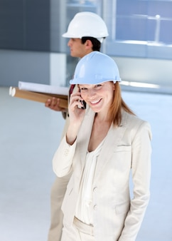 Atrakcyjny architekt na telefonie