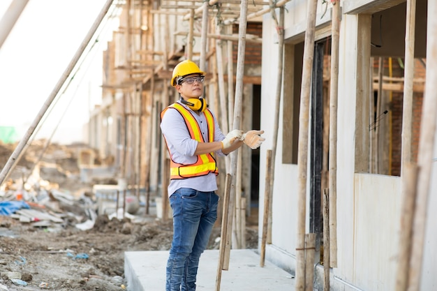 Atrakcyjny azjatycki inżynier pracujący na budowie. koncepcja pracownika budowy.