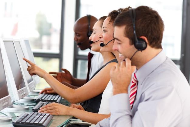 Atrakcyjny biznesmen pracuje w centrum telefonicznym