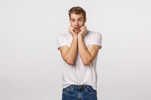 Atrakcyjny blond brodaty mężczyzna w białej koszulce