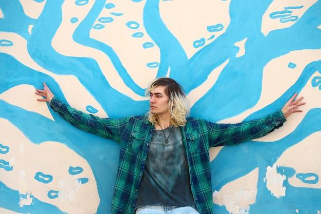 Atrakcyjny blond model mężczyzna z graffiti
