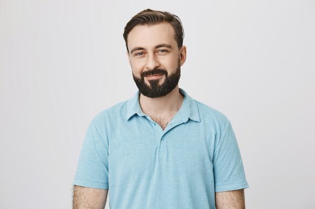 Atrakcyjny brodaty mężczyzna w średnim wieku w t-shirt