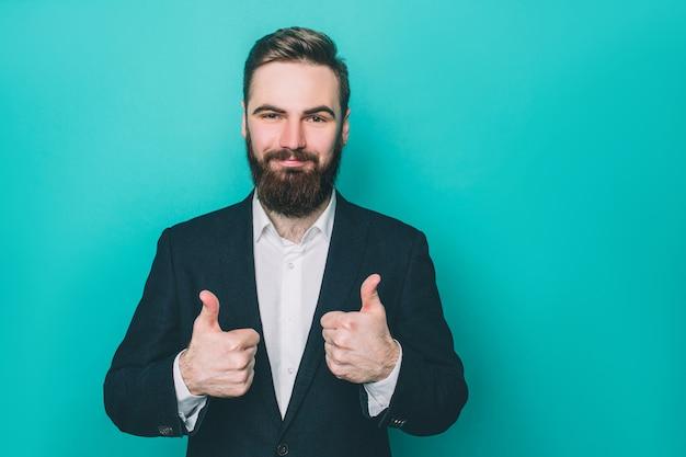 Atrakcyjny facet pokazuje swoje duże kciuki do góry