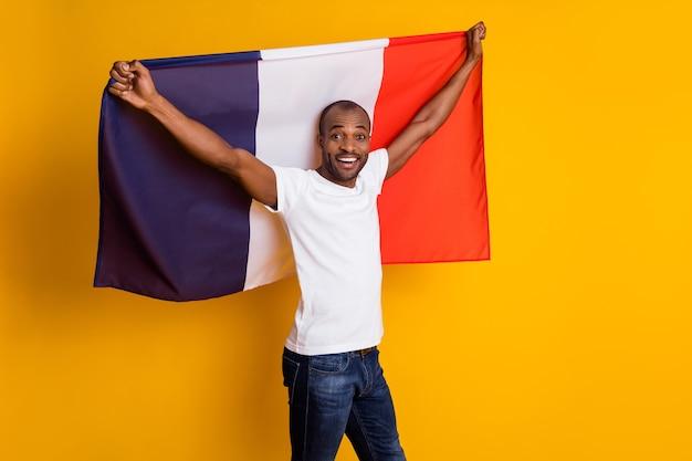 Atrakcyjny facet trzyma dużą flagę narodową francji