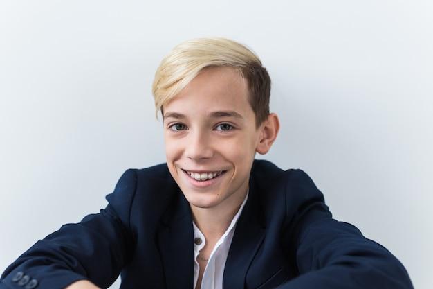Atrakcyjny jedenastoletni chłopiec z szelkami na zębach. koncepcja stomatologii i nastolatka.