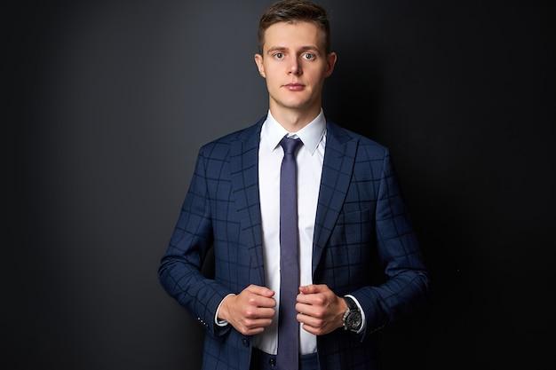 Atrakcyjny kaukaski mężczyzna formalny stylowy garnitur