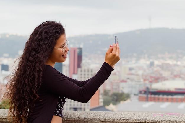 Atrakcyjny kobieta turysta bierze selfie