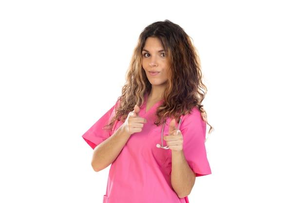 Atrakcyjny lekarz ubrany w różowy mundur na białym tle na białym tle