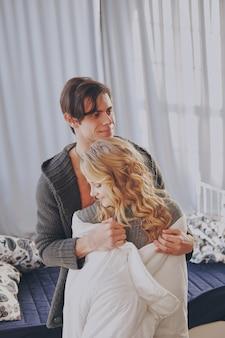 Atrakcyjny mężczyzna i kobieta w sypialni razem przytulanie ładny