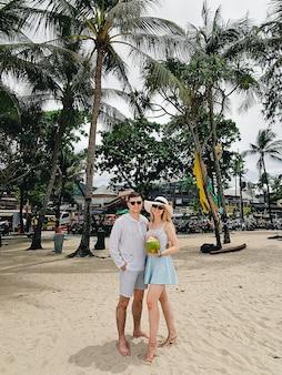 Atrakcyjny mężczyzna i kobieta z koksem na patong plaży, phuket, tajlandia