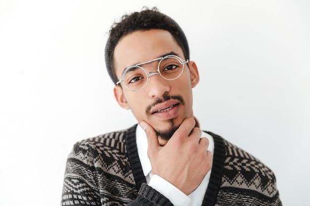 Atrakcyjny młody afrykański mężczyzna odizolowywający