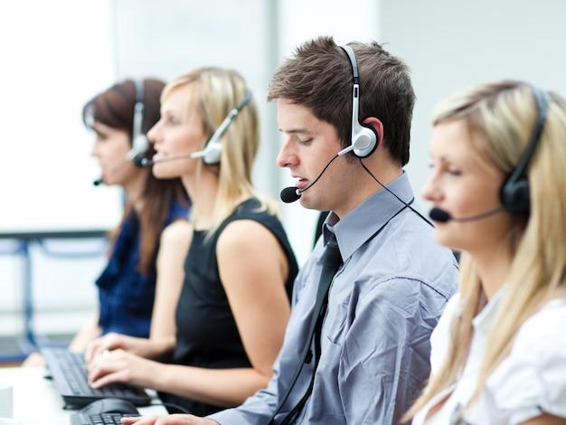 Atrakcyjny młody człowiek pracuje w centrum telefonicznym