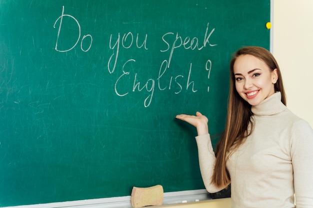 Atrakcyjny nauczyciel lub uczeń przy tablicy